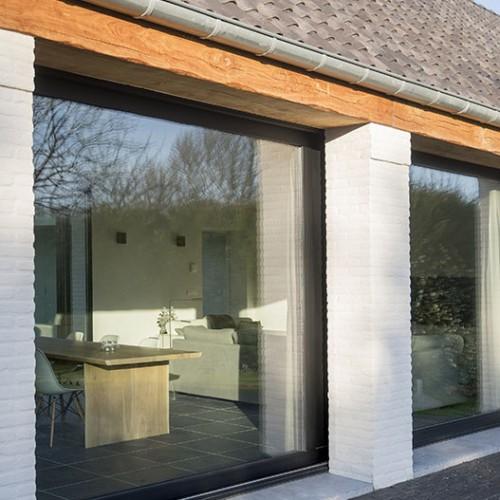 Deceuninck lanceert nieuwe serie aluminium schrijnwerk Decalu  en Deceuninck Tunal voor ventilatie-, zonwering- en geveloplossingen