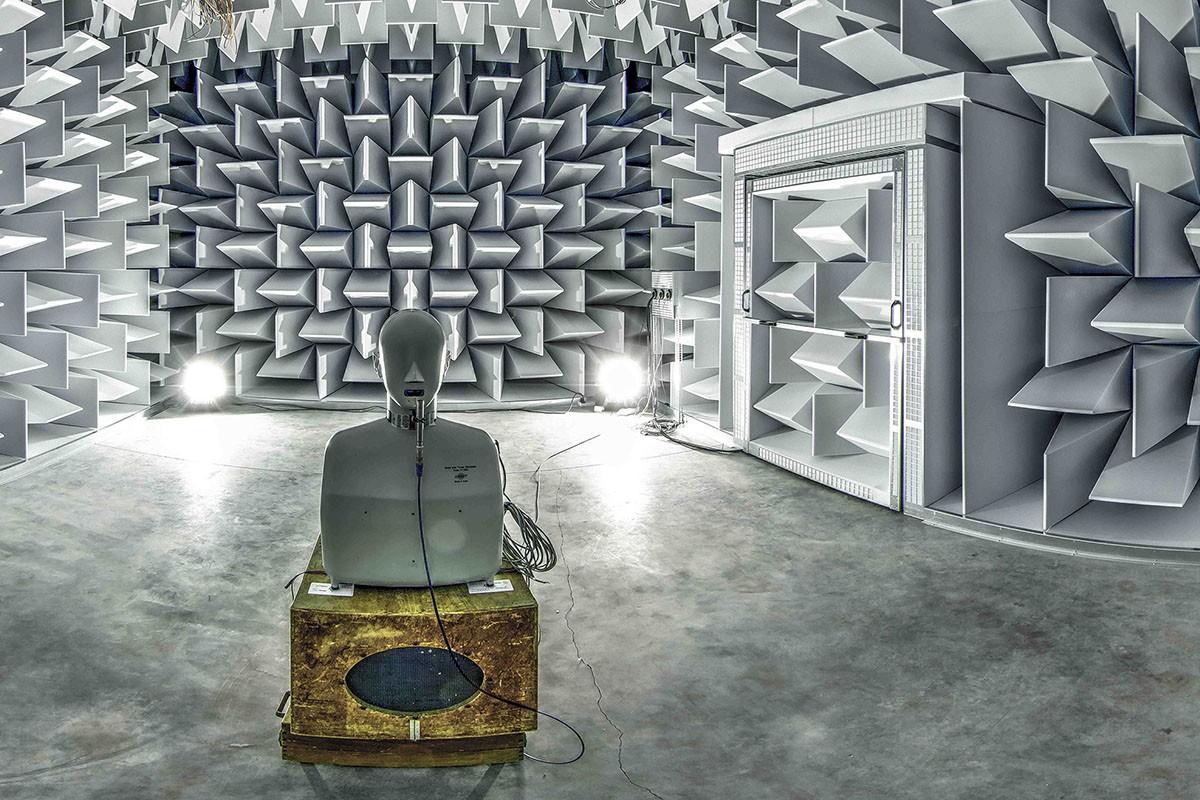 De semi-anechoïsche kamer is een meetruimte voor akoestisch onderzoek bij de Universiteit te Gent