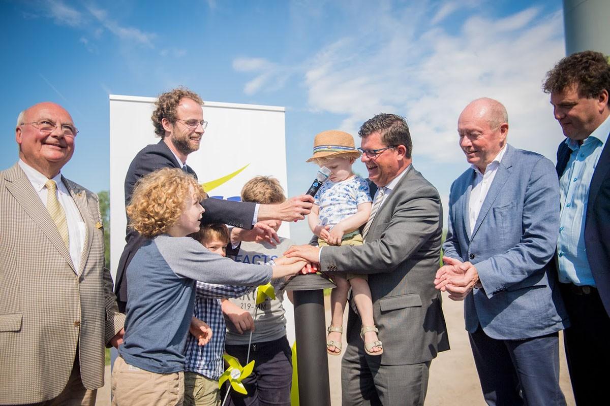Bart Tommelein opende het nieuwe windpark van Storm in Lokeren met jonge coöperanten
