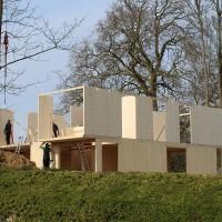 Houtmassiefbouw, of ook Cross Laminated Timber (CLT) genoemd, wordt steeds vaker gebruikt wordt voor de bouw en renovatie van Belgische woningen