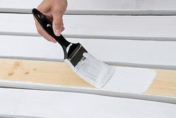 Verf van Mathys - dekkende houtafwerking door beitsen en lakken