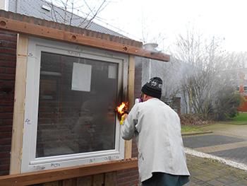 Schüco raamprofielen bestand tegen test met gasbrander